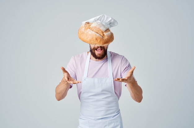 Mężczyzna w białym fartuchu profesjonaliści w branży kuchni restauracyjnej