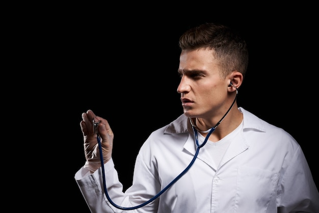 Mężczyzna w białym fartuchu ze stetoskopem