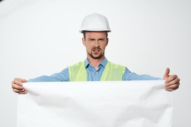 Mężczyzna w białym kasku inżynier zawód pracy. zdjęcie wysokiej jakości
