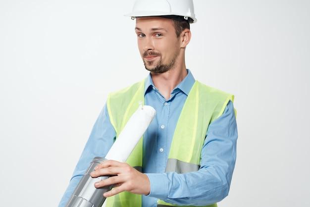 Mężczyzna w białym kasku profesjonalna praca zawód pracy