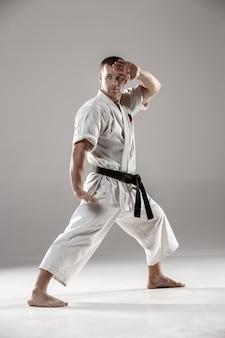 Mężczyzna w białym kimonie trenującym karate