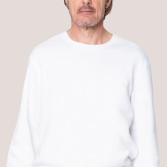 Mężczyzna w białym swetrze dorywczo odzieży z przestrzenią projektową z bliska