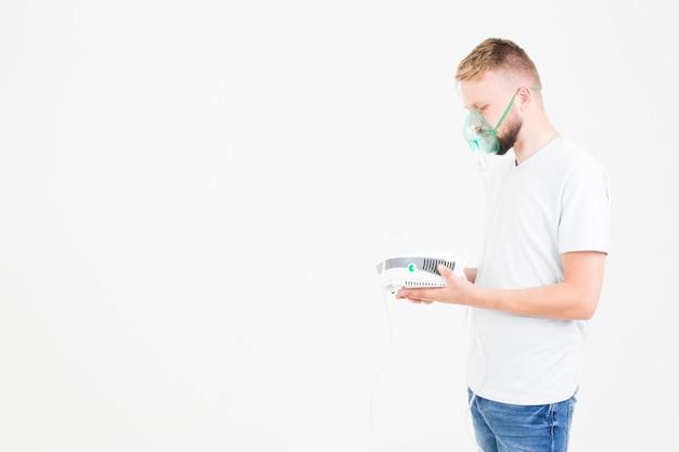 Mężczyzna w bieli z nebulizatorem