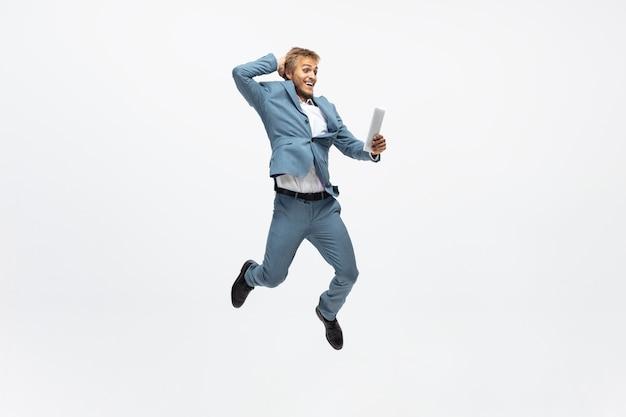 Mężczyzna w biurze biega, biega na białym