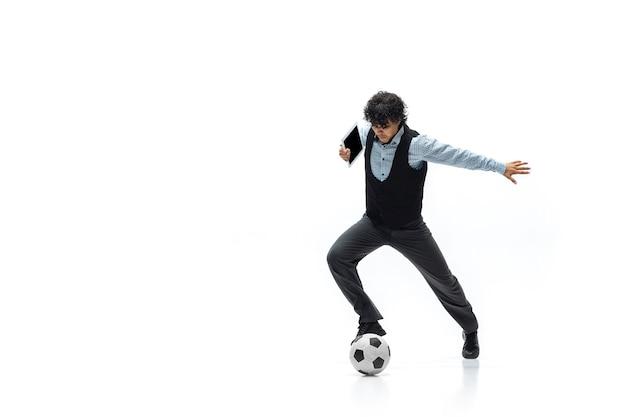 Mężczyzna w biurze gra w piłkę nożną na białym