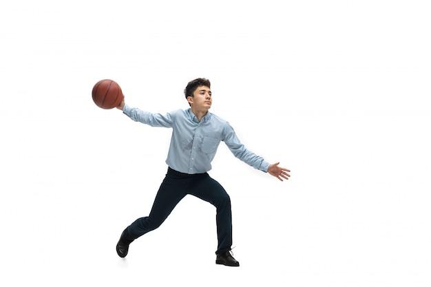 Mężczyzna w biurze ubrania gry w koszykówkę na białej przestrzeni. niezwykły wygląd dla biznesmena w ruchu, akcji. sport, zdrowy tryb życia.