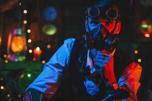 Mężczyzna w cyberpunkowym garniturze z maską gazową i okularami. koncepcja steampunk