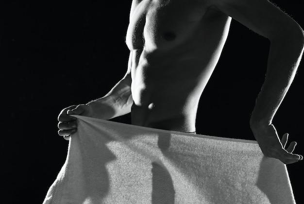 Mężczyzna w czarnych majtkach napompowane ciało czarno-białe zdjęcie fitness