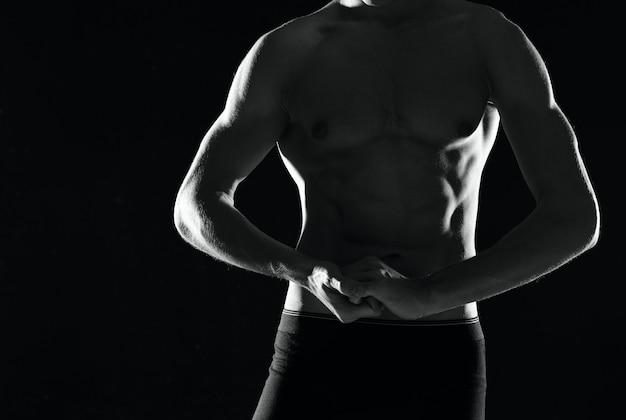Mężczyzna w czarnych majtkach z napompowanym ciałem czarno-białe zdjęcie