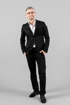 Mężczyzna w czarnym garniturze stojący długi widok