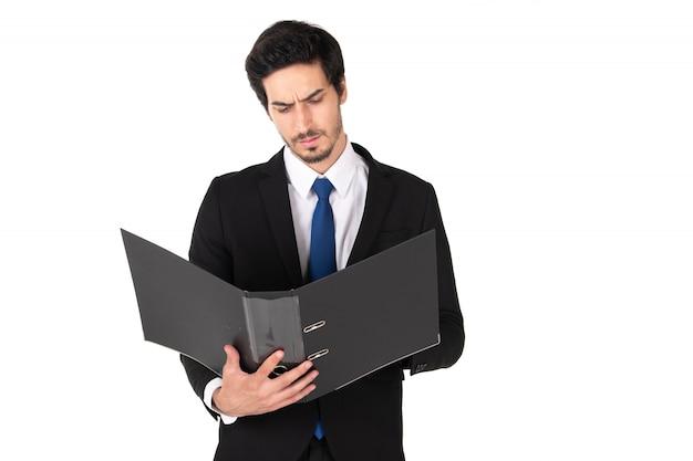 Mężczyzna w czarnym garniturze trzyma teczkę z dokumentami