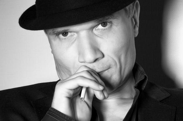 Mężczyzna w czarnym kapeluszu