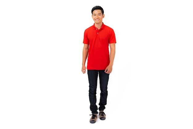 Mężczyzna w czerwonej koszulce polo