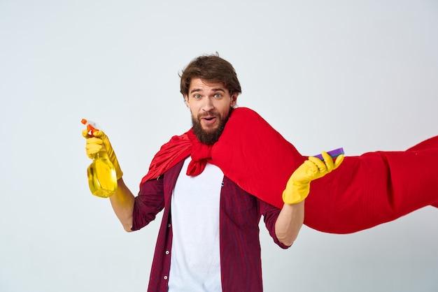 Mężczyzna w czerwonych rękawiczkach przeciwdeszczowych do czyszczenia pracy domowej