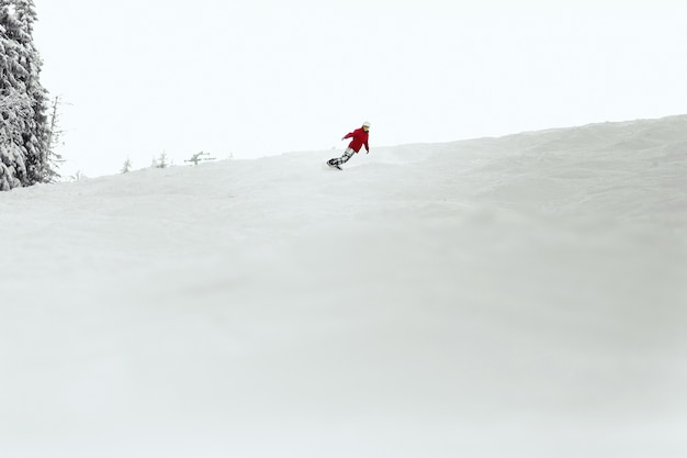 Mężczyzna w czerwonym kombinezonie wykonuje zwrot po stronie pięty