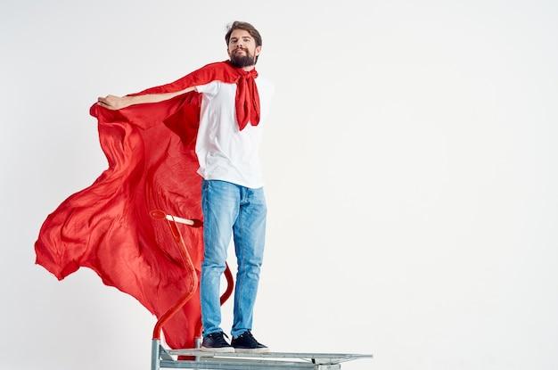 Mężczyzna w czerwonym płaszczu transportowym na jasnym tle pudełka