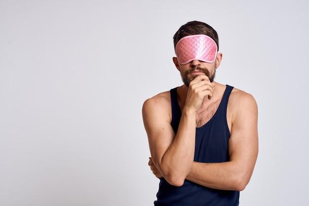 Mężczyzna w domowych ubraniach i masce do spania