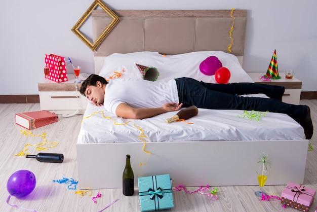 Mężczyzna w domu po ciężkich imprezach