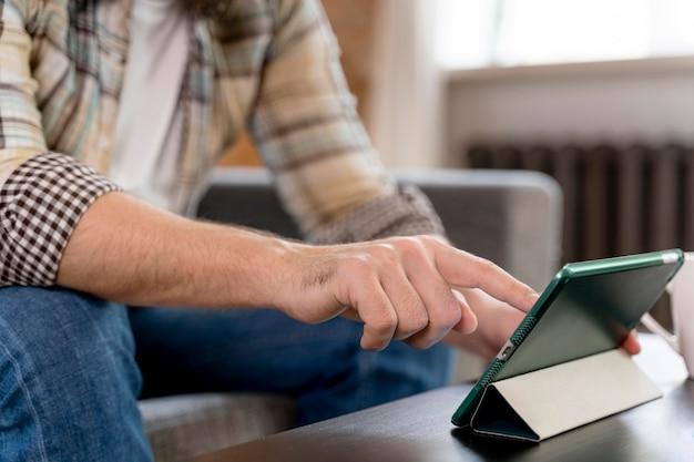 Mężczyzna w domu po wideokonferencji z rodziną z bliska