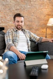 Mężczyzna w domu po wideokonferencji z rodziną