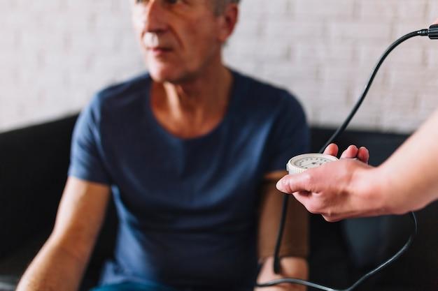 Mężczyzna w emerytura domu z stetoskopem