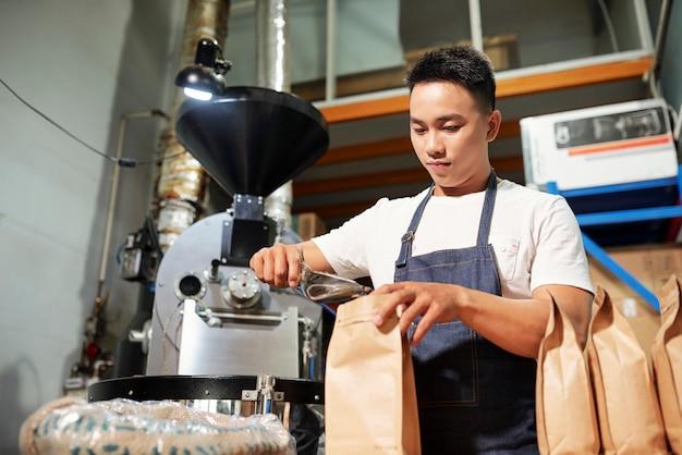Mężczyzna w fabryce kawy