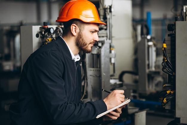 Mężczyzna w fabryce