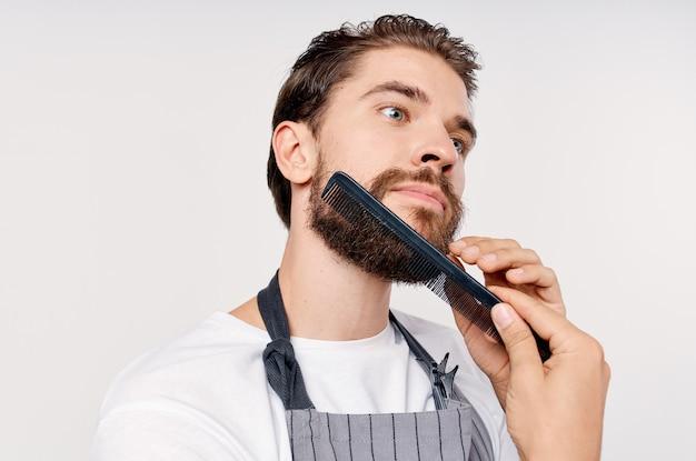Mężczyzna w fartuchu fryzjer fryzjer świadczenie usług