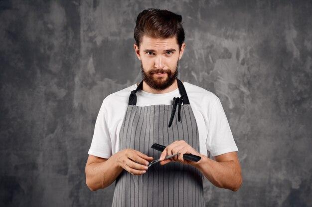 Mężczyzna w fartuchu nowoczesna fryzura moda praca
