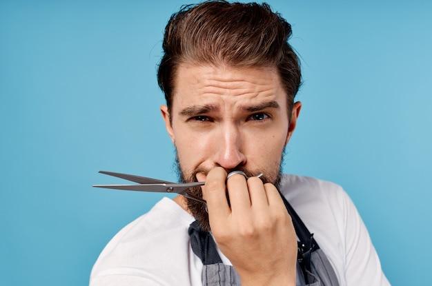 Mężczyzna w fartuchu salon kosmetyczny świadczenie usług