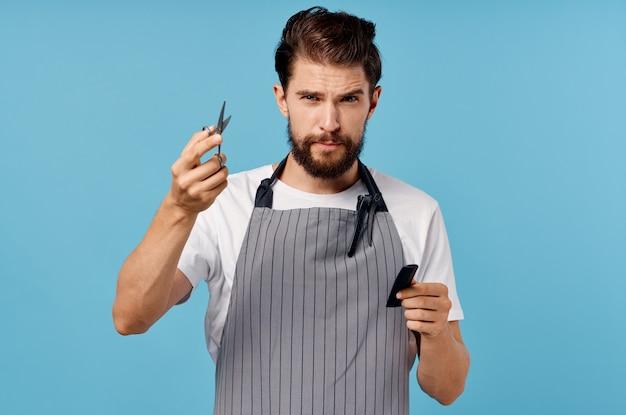 Mężczyzna w fartuchu salon piękności na niebieskim tle