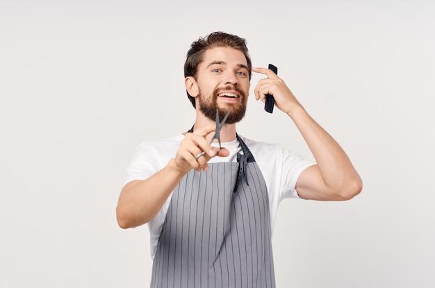 Mężczyzna w fartuchu salon piękności praca moda