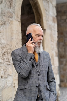 Mężczyzna w formalnych ubraniach rozmawia przez telefon
