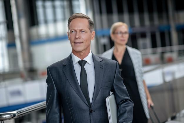 Mężczyzna w formalnym garniturze spotyka się na lotnisku