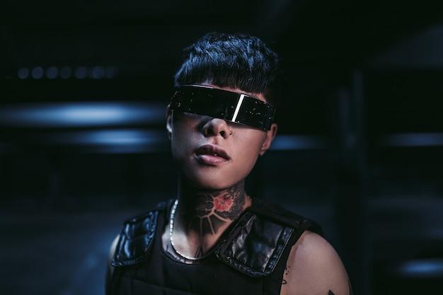 Mężczyzna w futurystycznych okularach w neonowym mieście nocą.