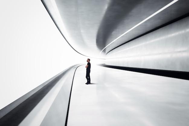 Mężczyzna w futurystycznym tunelu