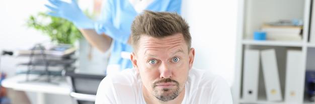 Mężczyzna w gabinecie lekarskim na zbliżenie proktologa