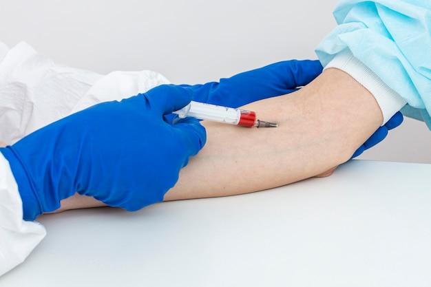 Mężczyzna w garnitur hazmat z pacient