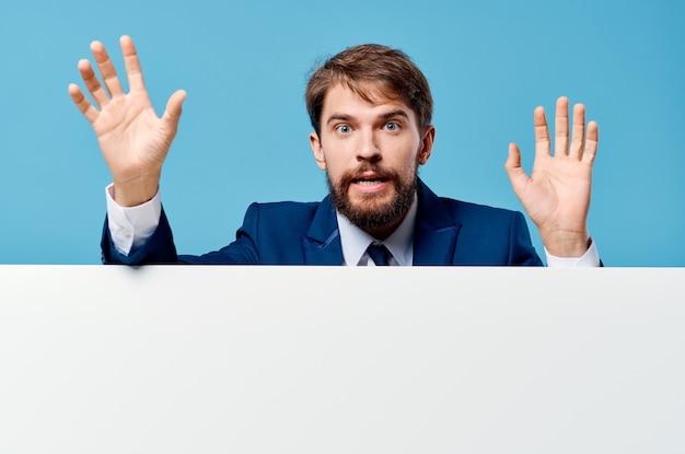 Mężczyzna w garniturze biały sztandar, oficjalna prezentacja copy space.