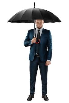 Mężczyzna w garniturze, biznesmen z parasolem