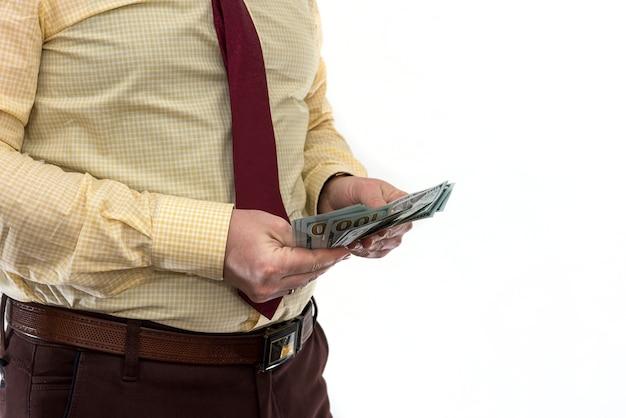 Mężczyzna w garniturze daje łapówkę za produkt lub usługę