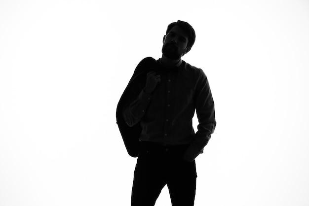 Mężczyzna w garniturze detektywa przestępczości światła tła cień incognito.