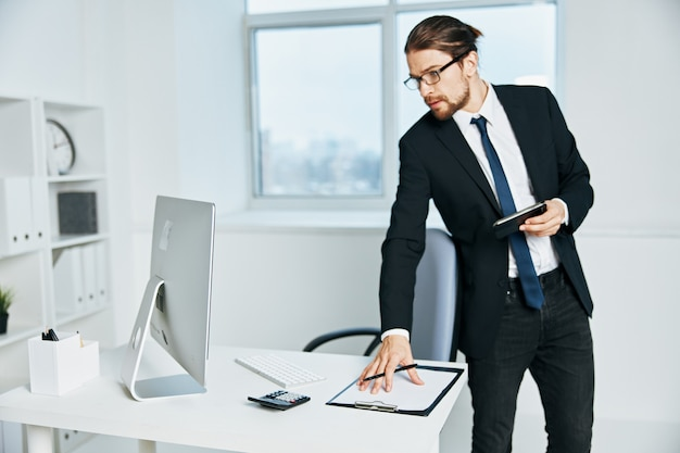 Mężczyzna w garniturze dokumentuje w ręku komunikację za pomocą technologii telefonicznych