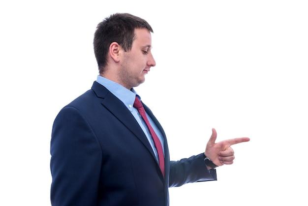 Mężczyzna w garniturze gestykuluje na białym tle
