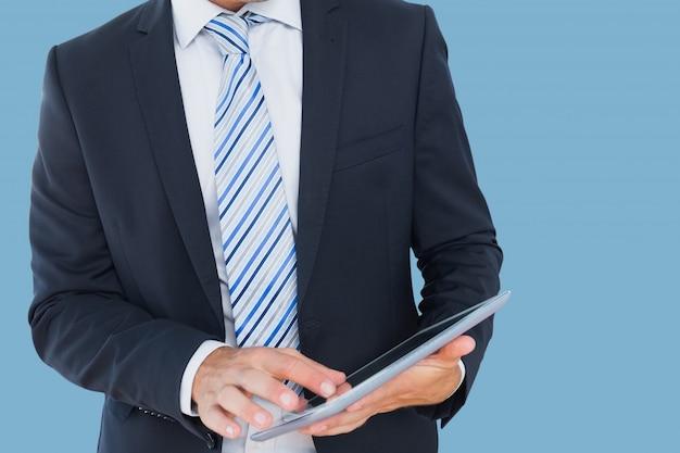 Mężczyzna w garniturze i pod krawatem z tabletem