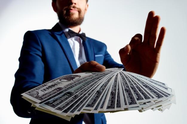 Mężczyzna w garniturze inwestycje ekonomia studio emocje