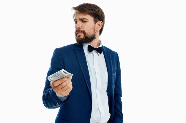 Mężczyzna w garniturze inwestycje gospodarka jasnym tle