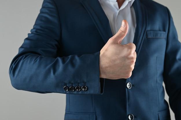 Mężczyzna w garniturze kciuki do góry