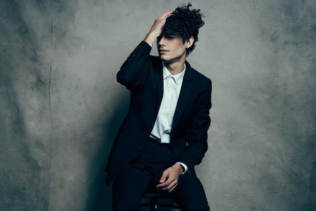 Mężczyzna w garniturze kręcone włosy moda nowoczesny styl życia