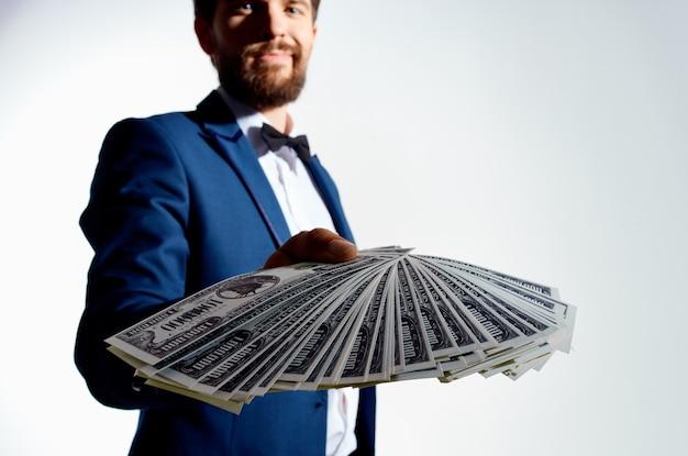 Mężczyzna w garniturze milioner dolarów studio emocje
